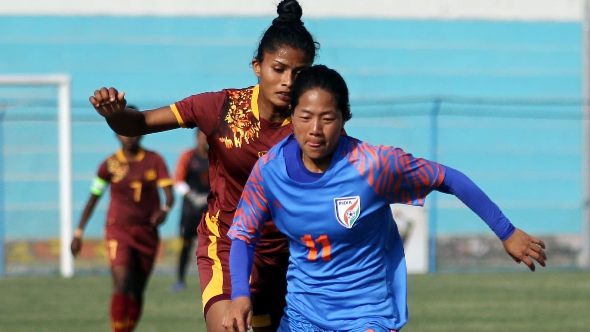 India forward Dangmei Grace runs with the ball